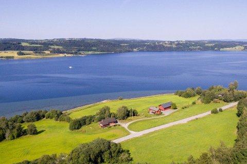 UNIK PLASSERING: Småbruket ligger i strandkanten ved Borgenfjorden i Sparbu. og har en prisantydning på 7,5 millioner.
