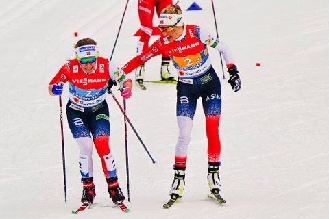 Therese Johaug t.h. veksler med Helene Marie Fossesholm  under langrenn 4x5 km. stafett kvinner under VM pski 2021 i Oberstdorf, Tyskland.