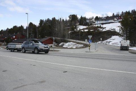 KRYSS: Kan dette krysset tåle trafikk fra 40-50 nye boliger i Langseth? Spørsmålet ble stilt av Trøndelag fylkeskommune tidligere i år i forbindelse med planene for nytt boligfelt i området. Nå har kommunen revurdert adkomstveien. Foto: Tor Enget