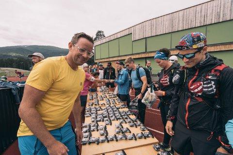 """SIKKERHET: Grunnlegger Jan-Sigurd Sørensen (45) deler ut GPS-trackere til alle løperne, før de skal ta seg fram fra Voss til Bergen i 2019. Dermed har arrangøren posisjonen til alle deltakerne, og de kan trykke på har hver kan trykke på en """"sos knapp"""" ved behov."""