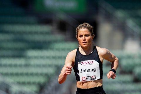 Oslo 20210508.  Therese Johaug løper 10 000 m på Bislett stadion under Holmenkollstafetten 2021. Foto: Fredrik Varfjell / NTB