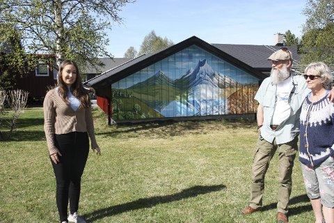 UTSIKT: Bård Langen og Bjørg Myhre har fått bedre utsikt etter at Oline Bergebakken Sundt forvandlet en kjedelig panelvegg til et maleri med ei blanding av røroslandskap og Fishtale Moutain i Nepal. Foto: Tor Enget
