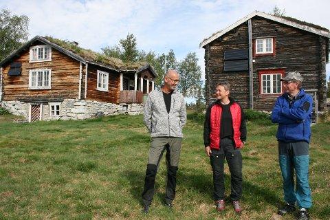 SNART KLAR: Tor Martin Stenseng (t.v.), Siri Storrusten og Kåre Tørres er tre av dem som har bidratt til å gjøre Fjølburøsta klar til bruk som selvbetjent DNT-hytte.