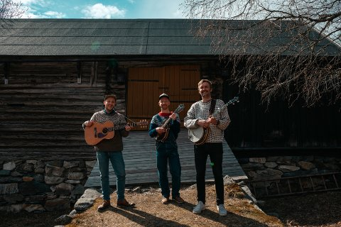 Bandet Bare Fjas og Blågras består av  Øyvind Smidt, Fritz Flåmo Eidsvaag og Hans Martin Storrøsten. Foto: Ida Asuka