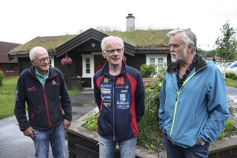 RESSURS: Os er en av 13 kommuner som er med i et prosjekt som skal mobilisere eldreressursen. - I Os har vi mange eldre på lista over frivillige som gjør en stor innsats i mange sammenhenger, sier f.v Finn Hval (78), Kåre Bakosgjelten (74) og Jon Ola Kroken (68). De er tre av fem medlemmer i prosjektgruppa. Foto: Tor Enget