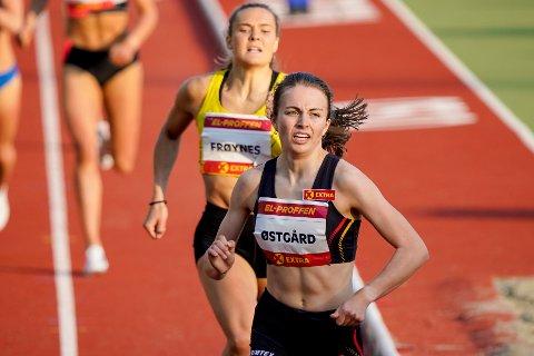 VANT: Ingeborg Østgård fra Dalbygda vant 800 meter på Bislett fredag kveld. (Foto: Lise Åserud / NTB)