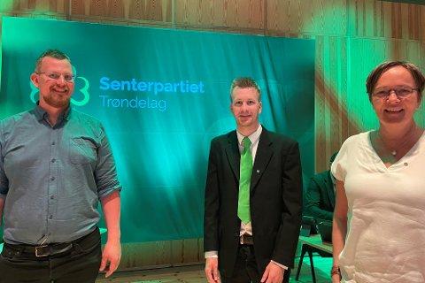 PÅ LANDSMØTET : Tre glade Sp-medlemmer fra Røros og Holtålen. Fra venstre varaordfører i Holtålen, Per Langeng. Røros-politikerne Stein Petter Haugen og Guri Heggem. Heggem er også ansatt i Trøndelag Sp og er på landsmøtet i embets medfør. - Vi er veldig glade i partilederen vår som holdt en imponerende bra landsmøtetale, sier trioen.