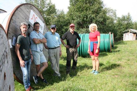 DIMENSJONER: Involverte i strømprosjektet er blant andre (f.v.) Per Kristian Evensen, Frode Eggestad, Arne Grue, Per Ousten og Runa Finborud. Den største trommelen veier 2,5 tonn og rommer 900 meter kabel.