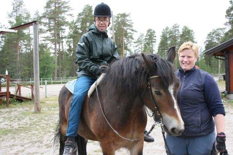 RYTTER: Jone Haugsbak er klar for første ridetur på Vindølen. Stallmester Lena Øien passer på.
