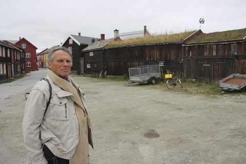 32 år etter: Ulrich Malisius på Rørosbesøk 32 år etter at han ble Røros sin første byantikvar. – Jeg hadde en ide om at Larsenstuggu måtte opp på sin opprinnelige plass, og etter over 30 år ser det ut til at det kan bli virkelighet, sier han.  Foto: Tor Enget