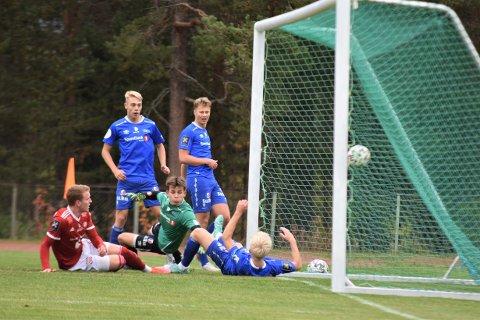 STARTER MÅLFESTEN: Her pirker Iver Nystuen (i rødt) inn 1-0 til Tynset og målfesten er i gang.