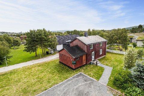NÆR SENTRUM: Huset som ble solgt ligger i Grantveien 12 og ble lagt ut med en prisantydning på rett under en million kroner.