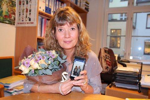 En lønnsom affære: Ann-Magrit Austenå med Sylvi-selfie på mobilen. Fra NOAS-styret har hun fått blomster etter kampanjen som så langt har brakt inn 3,9 millioner kroner.