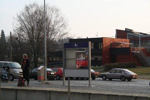 Ingen tog stopper på Ås stasjon for tiden.