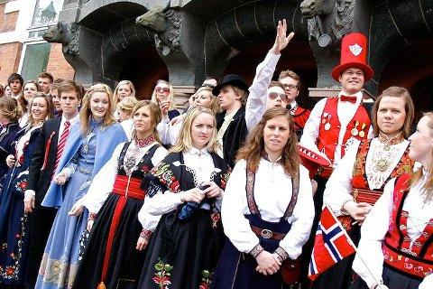 Feststemte studenter på NMBU kledd i flotte bunader.