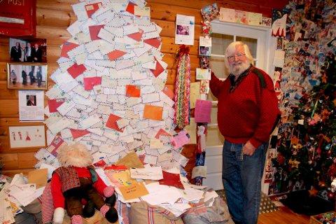 Posten kommer fram. Nissen får 20 000 brev årlig. Frimerkedusjettet rekker til å svare 3000 av dem.