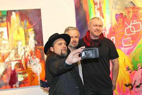 Per Heimly Ari Behn og Tor Rafael Raael under en utstilling i Drammen.