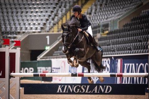 Karoline Arctander fra Sandefjord på hesten Espresso W vant den første klassen under årets utgave av Kingsland Oslo Horse Show på Telenor Arena.
