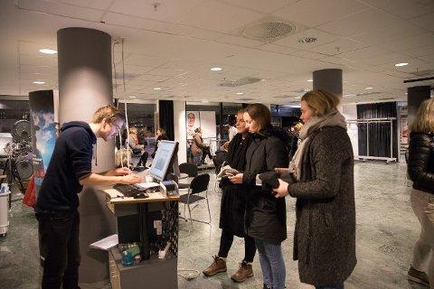 """Kinosjef Martin Øsmundset gjør seg klar til å ta imot publikum til """"Nordisk filmfestival""""."""