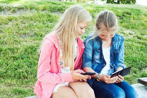 Stadig flere barn får mobiltelefon.