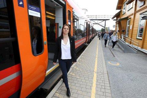 ENIGHET: Et enstemmig fylkesting krever bedre togtilbud til Ås og Vestby. Solveig Schytz (V) jubler. foto: Arkiv
