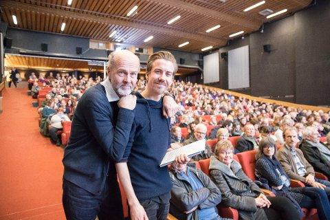 POPULÆR MANN: Ås kinoteater har hatt en eventyrlig økning i besøkstallet siden Martin Øsmundset overtok som kinosjef. Her  Øsmundset sammen med regissør Erik Poppe under spesialvisningen av «Per Fugelli – siste resept».