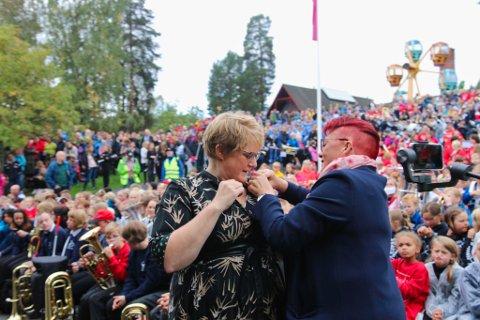 Trine Skei Grande fikk overrakt stevnets medalje av President i Norges Musikkorps Forbund Rita Hirsum Lystad fra Drøbak.