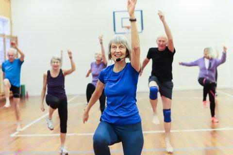 SETTER FART PÅ GRUPPETRENING I ÅS: Fysioterapeut Ingeborg Woll (61) får ekstra fart på hjertepumpa på mange i Ås.