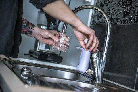 TRYGT Å DRIKKE VANN: Koronaviruset spres ikke via drikkevann, skriver Thams Breen og Vidar Lund.