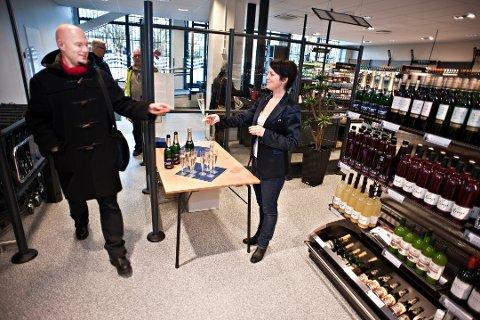 LENGER ÅPENT FØR JUL? Fra innvielsen av Vinmonopolet i Ås sentrum i november 2012.