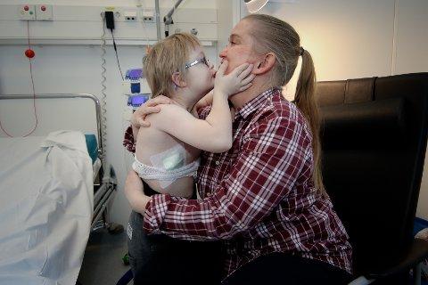GA SEG IKKE: Ingen tvil om at Edvan (10) er glad i mammaen sin. Nina Bakkefjord har i flere år slåss for tjenestetilbudet til den alvorlige syke sønnen.