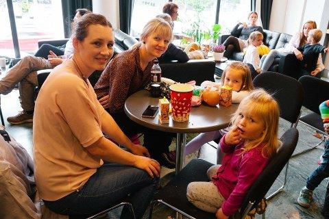 POPKORN FRA KIOSKEN: Det var fullt hus i Ås Kinoteater da 462 mennesker tok turen til Bakgården barneteaters oppsetning av Karius og Baktus i september. På bildet (f.v.) Rakel Kierulf (34), Irene Olaussen (39), Paula Gsella-Olaussen (4) og Selma Kiærulf (3). Popkorn og brus er innkjøpt fra kinokaféen, som i dag drives av Follo Catering. Etter sommeren kan driften bli tatt over at Ås kommune.