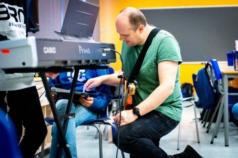 Musikkskolelærer Svein Erik Ånestad ved Sjøskogen skole i gang med prosjektet «Xenophobia» på Sjøskogen skole.