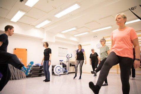 Siri Hamre (43) t.h. og 13 andre deltakere har gått på kreftmestringskurs i regi av Ås kommune.