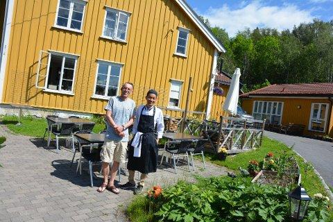 UTESERVERING: Bengt Thuv og Somjate Srirabai har tatt i bruk hele tunet, og har plass til rundt 40 personer på uteserveringen.