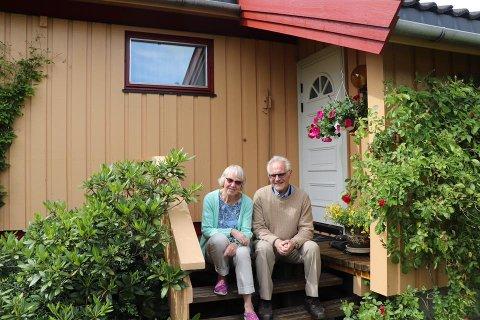 GLAD FOR AT HUSET STÅR: Grethe og Trygve Skjevdal  er takknemlige for hjelpen de har fått etter at huset deres i Ås ble truffet av lynet.