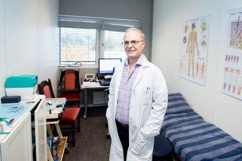 BEHANDLER FØFLEKKER: Doktor Samuel Nasrala driver Føflekklinikken i Lørenskog. Han har jobbet i over 25 år med diagnose, behandling, oppfølging og fjerning av føflekker, føflekkreft, hudvekster og hudforandringer.