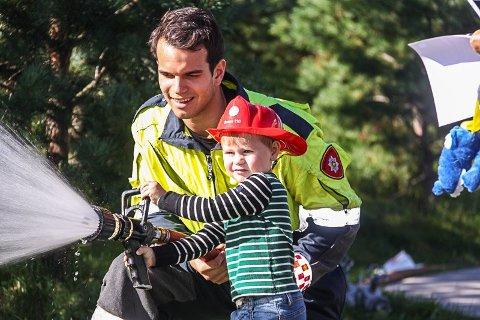 MORO: På flere brannstasjoner i distriktet kan du være en brannmann for en dag.