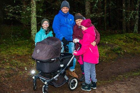 FAMILIE PÅ TUR: Familien Røed har vært på Trampen. Fra venstre Tobias (10), Glenn Røed, Marianne Røed, Karen (11), og i vogna Martha på 6 dager.