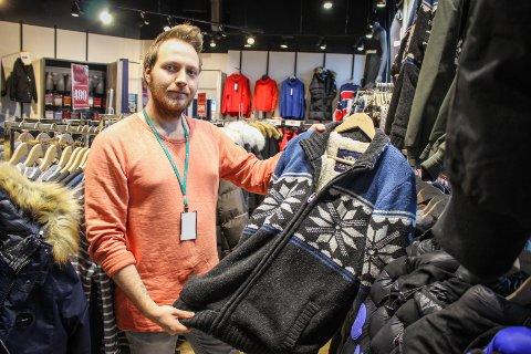MEST JAKKER: Emil Olsrud Jensen forteller til ØB at det desidert går mest av jakker. Han understreker likevel at det har vært en annen type vinter i år, og at kundene dermed har kjøpt litt andre jakker enn hva som ellers ville vært normalt.