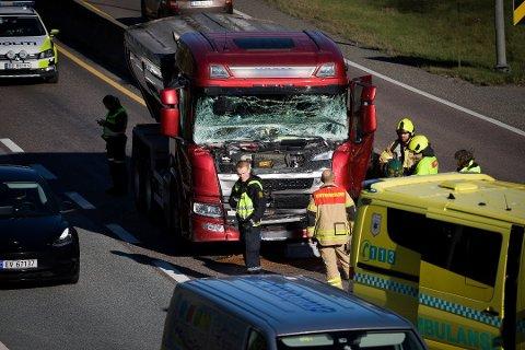 HER HAR DET SKJEDD: To lastebiler har kollidert i VInterbrokrysset tirsdag. Foto: Eirik Løkkemoen Bjerklund