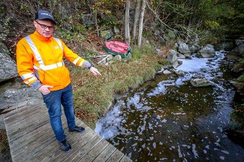 Geir Nilsen ble sjokkert da han oppdaget død fisk og flytende skum i bekken ved Emmerstad. Kloakkrenseanlegget like ved bekrefter at de har begynt å sende rense- og avløpsvann ut i bekken.