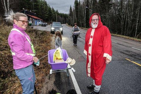 PÅ GRENSA: De er akkurat på grensa, men ikke over den, Hilde Lundberg og Bent Hansen.  Ellinor Syversen fra Bograngen Lanthandel er i sving med å bære bestilte varer fra bilen til trillebåra.