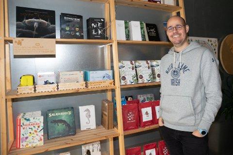 OPPFORDRER TIL LOKAL HANDEL: Lasse W. Fosshaug ved Vitenparken synes det er viktig at folk støtter det lokale næringslivet i Ås. Selv har de opprettet nettbutikk og etterhvert vil de legge inn varer innenfor den profilen Vitenparken har.