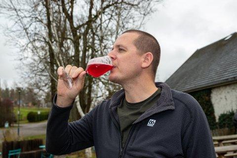 SMAKFULL: – Jeg synes den har fått en god smak og fått en fin farge, sier Hafsteinn Snæland. Det synes åpenbart folk i Ås også, for flaskene blir revet bort i rekordfart.