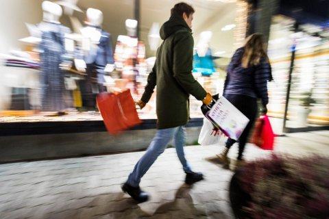 GIR KORONA-RÅD OM JULEHANDEL: Regjeringen anbefaler nordmenn  å starte julehandelen tidlig og gjøre innkjøpene på tider det er færrest mulig i butikken. Illustrasjonsfoto.