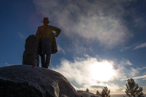 Oslo  20161117. Kragstøtten i Voksenkollveien i Oslo i det strålende novemberværet torsdag. Foto: Terje Bendiksby / NTB