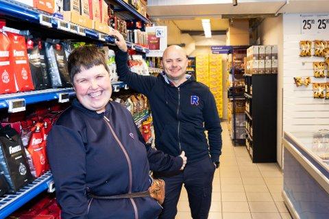 STORTRIVES: Eirin Bjerke (t.v) stortrives på Rema 1000 i Ås sammen med kjøpmann og sjef Steinar Jordet.