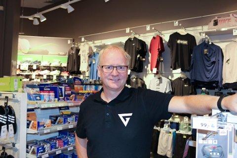 KJØRER PÅ: Daglig leder Terje Johansen og de ansatte på G-Sport på Vinterbro Senter står på og satser på videre drift.