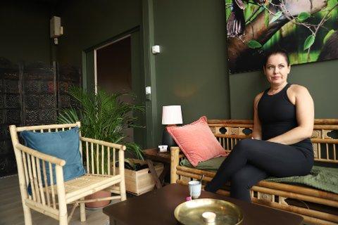 ER BETENKT: Yogainstruktør Heidi Bloin er betenkt. – Fra den ene dagen til den andre har vi opplevd et dramatisk inntektsfall, sier Heidi Bloin.